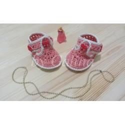 Вязаные крючком пинетки-сандалики